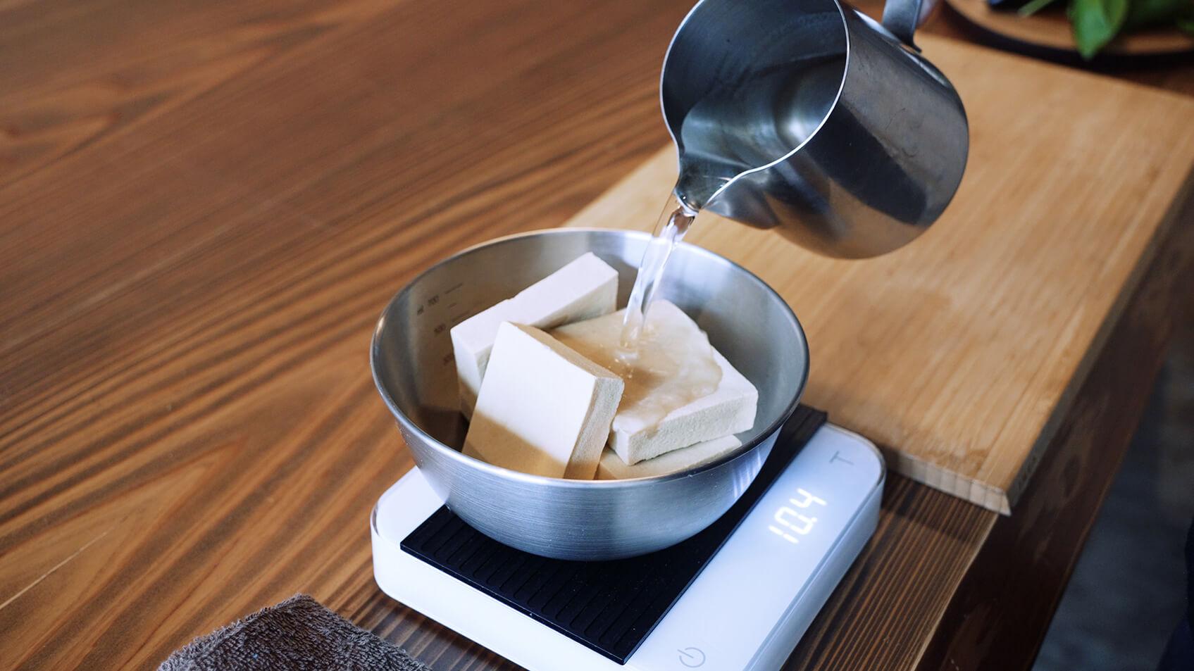 高野豆腐を水に漬ける