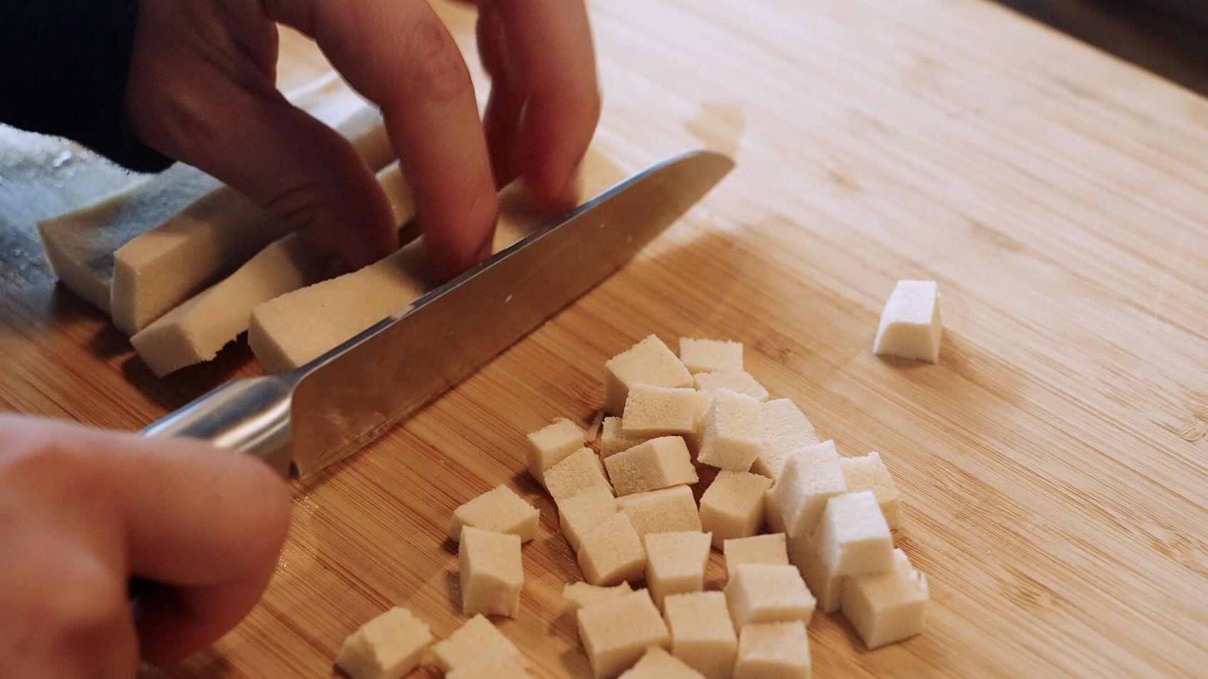 高野豆腐をさいの目に切る