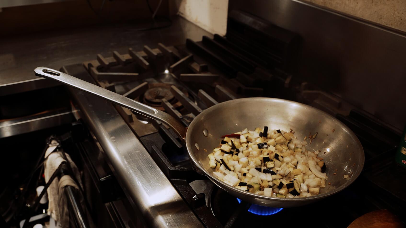 中火で野菜がしんなりするまで炒める